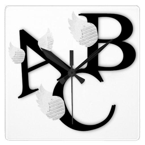 Reloj de pared de las letras de ABC de las alas
