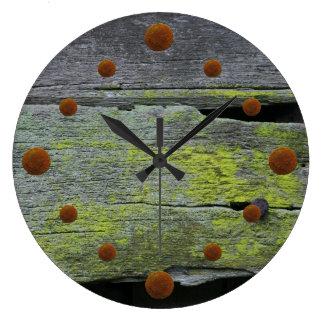 Reloj de pared de madera cubierto de musgo viejo