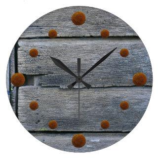 Reloj de pared de madera resistido viejo