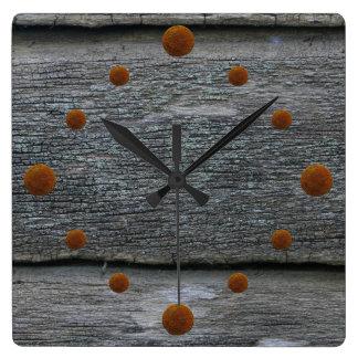 Reloj de pared de madera resistido viejo del