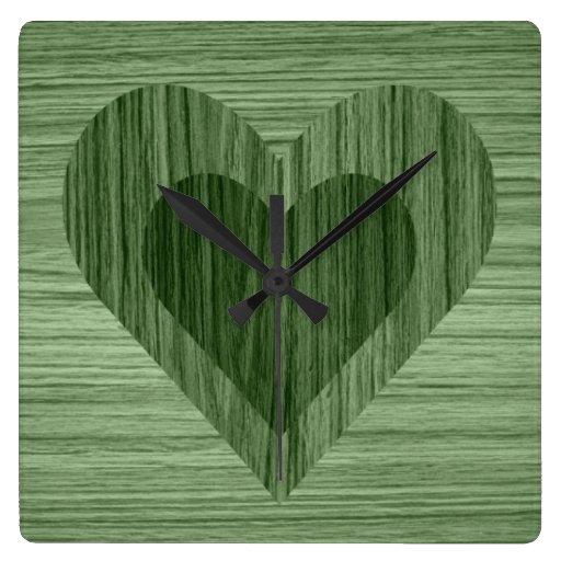 Reloj de pared de madera verde de los corazones de