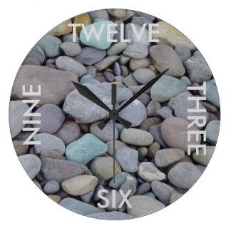 Reloj de pared de piedra redondo del guijarro con