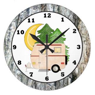 Reloj de pared del dibujo animado del campista que