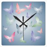 Reloj de pared en colores pastel de la mariposa