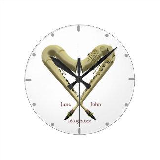 Reloj de pared en forma de corazón de los saxofone