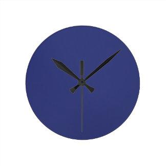 Reloj de pared en mirada azul del satén