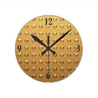 Reloj de pared en remaches del oro