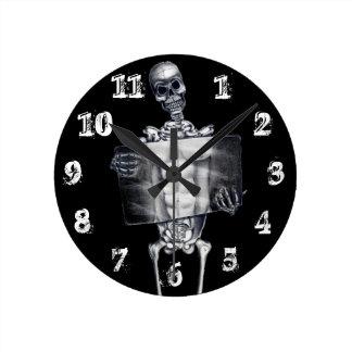 Reloj de pared esquelético de la radiografía del p