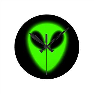 Reloj de pared extranjero verde que brilla intensa