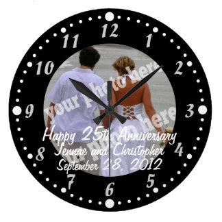 Reloj de pared feliz blanco y negro de la foto del