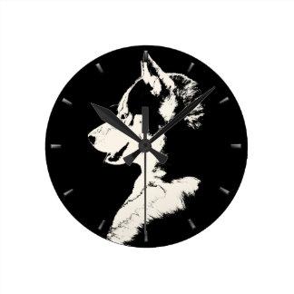 Reloj de pared fornido del perro de trineo de la d