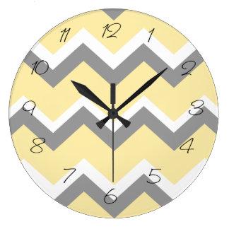 Reloj de pared gris y amarillo de Chevron