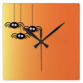 Reloj de pared moderno de las arañas lindas