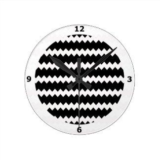 Reloj de pared negro en el zigzag Chevron