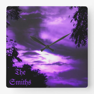 Reloj de pared nublado púrpura del cielo