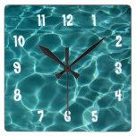 Reloj de pared numerado blanco de la foto