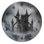 Reloj de pared oscuro del castillo
