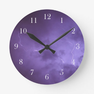 Reloj de pared púrpura del relámpago del cielo