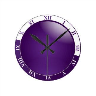 Reloj de pared púrpura y blanco