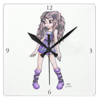Reloj de pared que ofrece al chica en vestido púrp