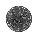 Reloj de pared rayado ondulado negro y blanco
