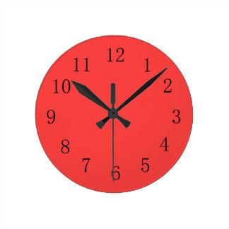 Reloj de pared rojo coralino brillante de la