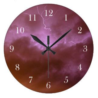 Reloj de pared rosado del relámpago del cielo