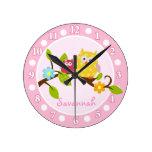 Reloj de pared (rosado) feliz de los búhos - añada