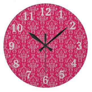 Reloj de pared rosado y de plata del damasco con