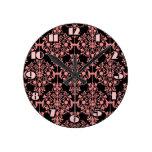Reloj de pared rosado y negro del damasco