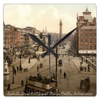 Reloj de pared viejo de Dublín Irlanda, calle de