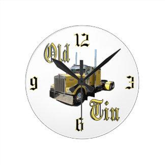 Reloj de pared viejo de la lata