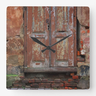 Reloj de pared viejo de la puerta de la ciudad