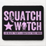 Reloj de Squatch - letras apenadas rosa del Grunge Alfombrillas De Ratón