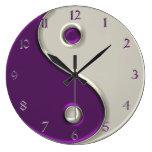 Reloj de Yin Yang en púrpura y mientras que