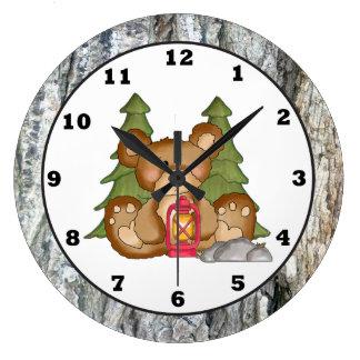 Reloj del campista del oso que acampa