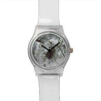 Reloj del diseño de la rama del pino Nevado
