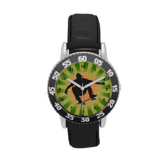 Reloj del diseño que anda en monopatín