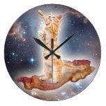 Reloj del gato del tocino que practica surf