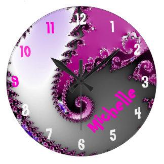 Reloj del nombre del sitio del chica rosado y púrp