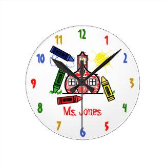 Reloj del profesor de la escuela y de los creyones