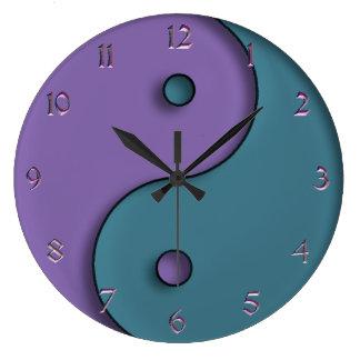 Reloj del símbolo de Yin-Yang del azul de acero y