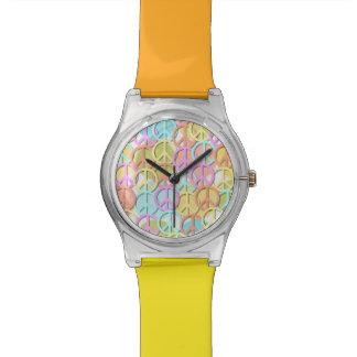 Reloj en colores pastel del diseñador de los símbo