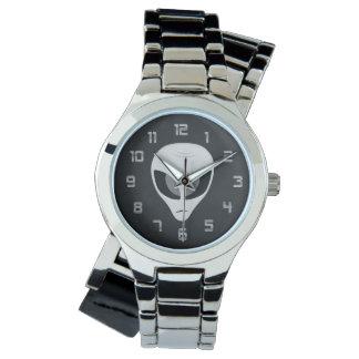 Reloj extranjero oscuro