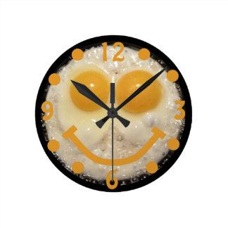Reloj feliz de la cara de los huevos fritos
