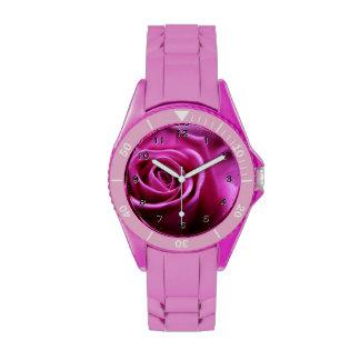 Reloj floral rosado suave de los pétalos color de