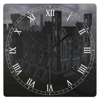Reloj gris de los números romanos del castillo