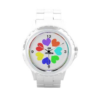 Reloj interracial de los corazones del arco iris