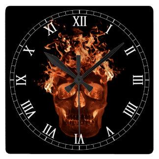 Reloj llameante anaranjado de los números romanos