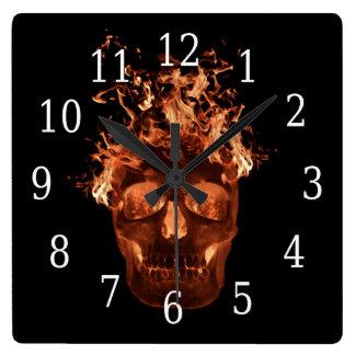 Reloj llameante anaranjado del cuadrado del cráneo